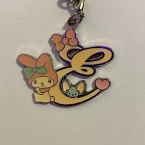 Super gulligt hello kitty smycke från japan med bokstaven E! ☺️ färgen är lite beige/gul aktig, den glänser och glittrar dessutom i ljus!
