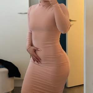 High neck nude klänning. Klänningen går till knäna ungefär, jag är 1,58 cm så troligtvis lite kortare på längre personer. Använd en gång och mycket bra kvalite på klänningen