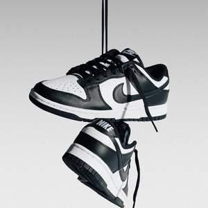 Säljer dessa helt nya & oanvända Nike Dunk Low Retro White Black i storlek 40. Inköpta från Sneakers Point, kvitto finns! Skickas dubbelboxat & med spårbar frakt på köparens bekostnad! Hör av dig vid frågor :)