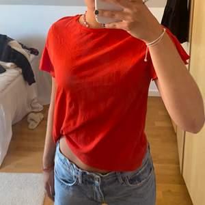 Säljer min röda t-shirt med volanger på armarna. Man ser inte riktigt på bilden att den är röd men den är superfin!