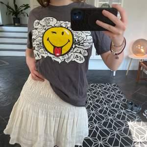 Så fin och cool t shirt med tryck av en smiley😁😁