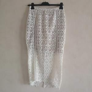 Tight midi kjol från New Look Premium▪️Dragkedja bak & öppning baktill för att kunna gå bekvämt▪️Beige underkjol halvvägs▪️Säljes pga för liten▪️Använd fåtal gånger