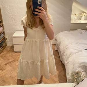 Vit volang klänning med v-ringning💕