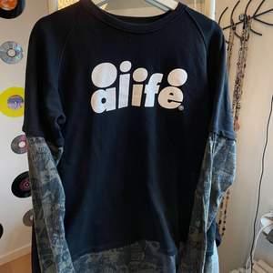 ascool oversized tröja från streetwear märket alife, grönt mönster under och en svart t-shirt fastsydd på. står ingen storlek men den sitter som en stor M :) (skriv privat för frågor)