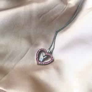 Finaste äkta Playboy halsbandet i silver och rosa stenar. Kedjan är 40 cm.  Haft så länge men inte kommit till den användning det borde. Säljer bara till bra pris. ! Bud i kommentarerna !