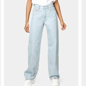 Säljer dessa breda ljusblåa jeansen från shein. Dom ser exakt likadana ut som dom från junkyard. Passar för någon som är mellan 158-162 om man vill att dom ska vara ner till marken ungefär. Först till kvarn. Passar XS och S