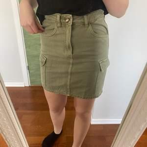 Sååå fin jeanskjol i militär grön med detaljer. Använd 1 gång, men passformen passar inte riktigt mig.