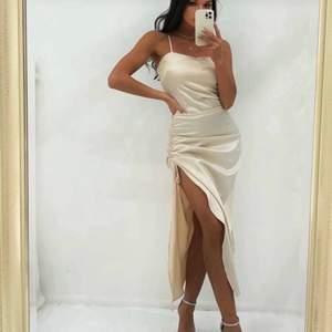 Säljer denna SKITSNYGGA klänning, helt ny!! Säljs pga lite för stor. Skitsnygg nu till sommaren. Jag är 177 cm & sitter bra i längen. Säljer för 250 inklusive frakt 💞