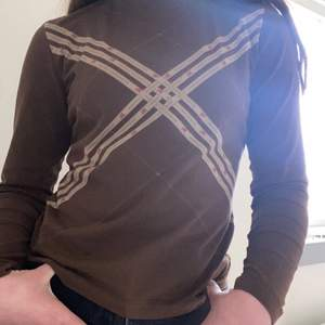 Hej! Jag säljer denna bruna burberry tröjan med en polo kam vid halsen. Denna är knappast använd men har haft länge. Den är jätte vacker och passar med mycket. Jag vet inte riktigt hur mycket man kan sälja för men en sak jag vet är att den är äkta.💞 bjuder ofc på frakten