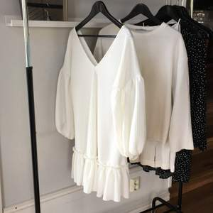 Vit klänning med puffärm ifrån ASOS, perfekt till student, konfirmation eller bara som en härlig sommarklänning! Strl 38! Bara att höra av sig vid frågor eller intresse! Köparen står för frakten! Kolla gärna in mina andra annonser!🌷
