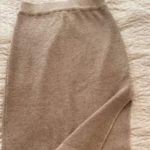 En super fin lång stickad kjol. Så skönt matrial, jag är 164 cm och den är i perfekt längd från fötterna. S-m storlek