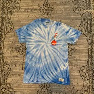 En colab tröja mellan Dr. Seuss och Almost Skateboard, tryck på fram och baksida, tiedye. Köpt på junkyard för ett drygt år sedan. 🎩🛹