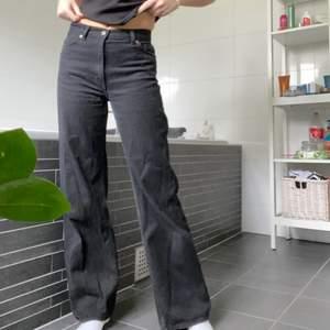 Säljer dessa svarta Yoko jeans från monki då dom inte riktigt är min stil💗 storlek 27 passar mig som är 170cm! Skriv vid frågor eller funderingar🌺