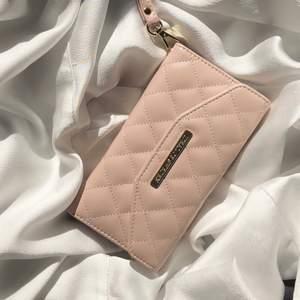 Mayfair Clutch från Ideal of Sweden🤍 Inköpspris 599kr, helt oanvänd och ligger kvar i orginal kartong! Passar till IPhone modellerna 8/7/6/6s/IPhone SE. Otroligt fin detalj till sommar outfiten!⚡️