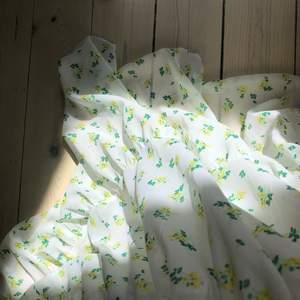 såååå himla fin klänning, köpt på asos, storlek 38. Hade denna på min bal och det är även enda gången jag haft på mig den. tyvärr för stor för mig nu :( sitter som en större S/ en M skulle jag säga och jag är 171. hoppas någon annan får ta del av vad denna vackra klänningen har att ge, helt perfekt sommarplagg. Smock upptill där fram, söta små gula blommor med gröna och ljusrosa detaljer. bara att skriva om du har några frågor! ❤️