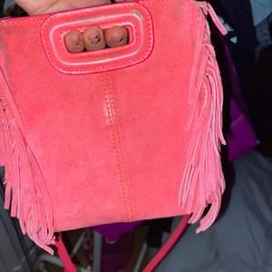Supersöt rosa maje väska i modellen mini!! Väl använd, därav priset. Den är rosa men inte alls lika skrik rosa i verkligheten och kommer med ett rosa band som man kan ta bort eller byta mot en kedja från tex en zadig väska!!