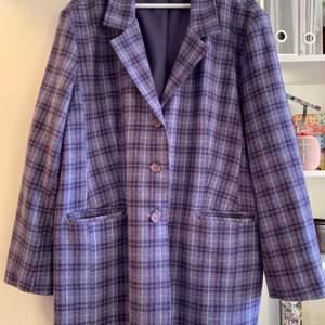 Rutig oversize-kavaj i tweed. Använd 1-2 gånger, i nyskick.