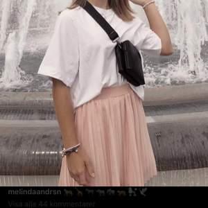 Säljer den rosa plisserade volangkjolen & dom beiga sneakers dojjorna som e me p alla bilder!!🦋🦕🧑🏾🎤🐸🌜🦕🤛🏽☁️🧚🏽♀️ kjolen är köpt på nakd o e storlek S !! Skorna är från Dasia o e strl 38!! Kjolen - 150kr , sneakers - 200kr eller båda för 300kr