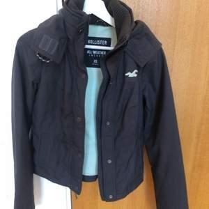Säljer denna supersnygga jackan från hollister då den är förliten för mig. Använd fåtal gånger och i superbra skick!