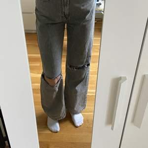 As snygga gråa jeans med hål, från bershka i modellen 90s, använda 2-3 gånger så är i nyskick. Storlek 36, 150kr + frakt🙌🏻