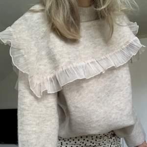 Säljer min tröja från Zara! Passade inte riktigt mig säljer därför vidare! Storlek S, nypris 399kr. Lånad bild. Skriv för flera bilder.