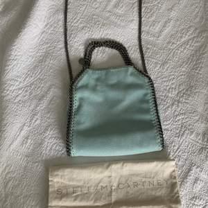 Hej! Intressekoll på min älskade Stella McCartney väska. Finaste färgen ever. Typ mint färgad😍😍😍Så eftertraktad. Så kommer bara sälja för bra pris. jag har endast dustbag kvar. Extremt fint skick. Perfekta sommarväskan🏽🏽🏽 Tar endast emot bud från 3500kr. FÄRGEN VISAS BÄST PÅ ANDRA BILDEN!