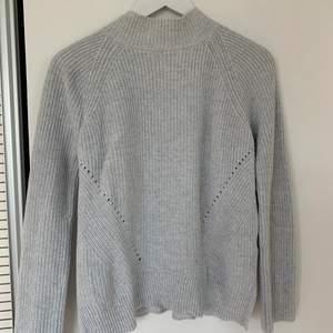 En grå stickad tröja från gap som är använd en del men i bra skick, de är polokrage men inte jättehög