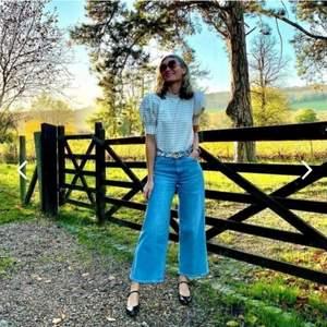 Ett par vida jeans. Highwaisted från H&M. Culotte jeans. Stretchiga & fint skick. Ej nötta eller noppriga. Köpt sedan 1 år tillbaka, använd ca 4 gånger.