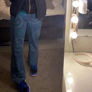 Hej, intressekoll på mina smile jeans. Om jag får ett bra bud så säljer jag dom. Dom går under naveln på mig och innebenslängden är 76 cm. Jag är 173 cm och dom går ner prisis på fötterna på mig. Mer bilder kan man få💓 kan köpas direkt för 360kr