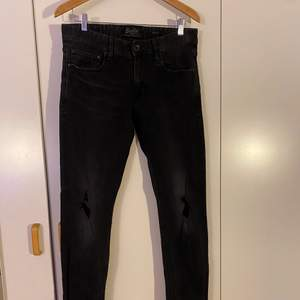 Svarta Superdry jeans med knäslitning i fint skick, W32 L32