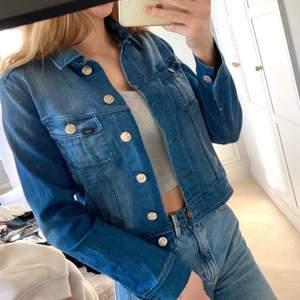 Blå jeansjacka från Lee i storlek Small. Superfin nu till sommaren. Möts eller så tillkommer frakt💕