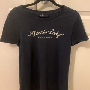 Fin Morris t-shirt i storlek XS.