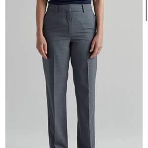 Gråa superfina kostymbyxor, säljer för att de är för små för mig💜💜 de ser mörkare ut på första bilderna är hur de egentligen är, sista bilden visar hur den ser ut