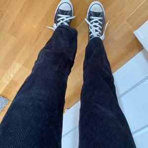 Svarta superfina manchesterbyxor från Monki. Säljer pga för korta för mig som är 173💕 Vädligt fint skick💜