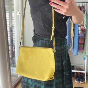 Snygg väska från H&M! Perfekt nu i sommar! Frakt 48kr står köparen för!💖