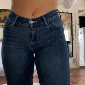 Lågmidjade jeans från Levi's i modellen 710 super skinny och strl 27. Sitter hur bra som helst men har tyvärr blivit lite små på mig… de är sparsamt använda och i väldigt bra skick. Jag på bilden är 164 och har vikt upp byxorna så det passar i längden