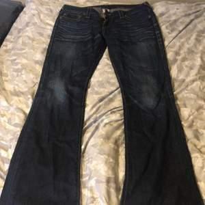 Säljer mina True Religon jeans. Dem är lågmidjade och lite långa för mig, jag är 168/169. Köpta på Sellpy, dem är i bra skick. Köpte dem för 200kr.