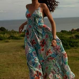 Livet i denna klänningen är en dröm. Den finaste klänningen någonsin som funkar till vardags men även till bröllop, midsommar eller student!!💞💞