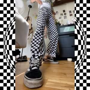 skit coola checkered pants som jag köpt 2nd hand🖤🤍🖤🤍 de är storlek S, ganska stretchiga vid midjan. Jag är 171cm