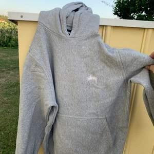 En supergo stussy hoodie. Nypris: 1400kr