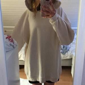 Vit/beige lång oversized oanvänd hoodie från gina tricot . Köpt för 180kr. Köparen står för frakten Säljs för 60kr + frakt.