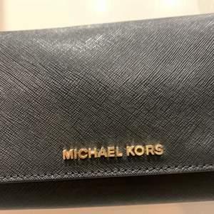 En äkta Michael Kors knappt använd ifrån Jackie. Väskan är i extremt gott skick i princip knappt använd, som ny.