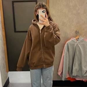 Säljer en brun hoodie från Brandy Melville. I bra skick. Bilderna är inte mina men det är samma hoodie. Köparen står för frakt