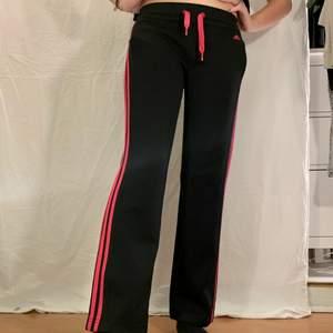 Svarta byxor med rosa streck från adidas. Fint skick.