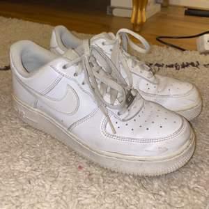 Säljer mina Nike air force, använda! Dock lär de bli fräscha igen efter en tvätt 🤍