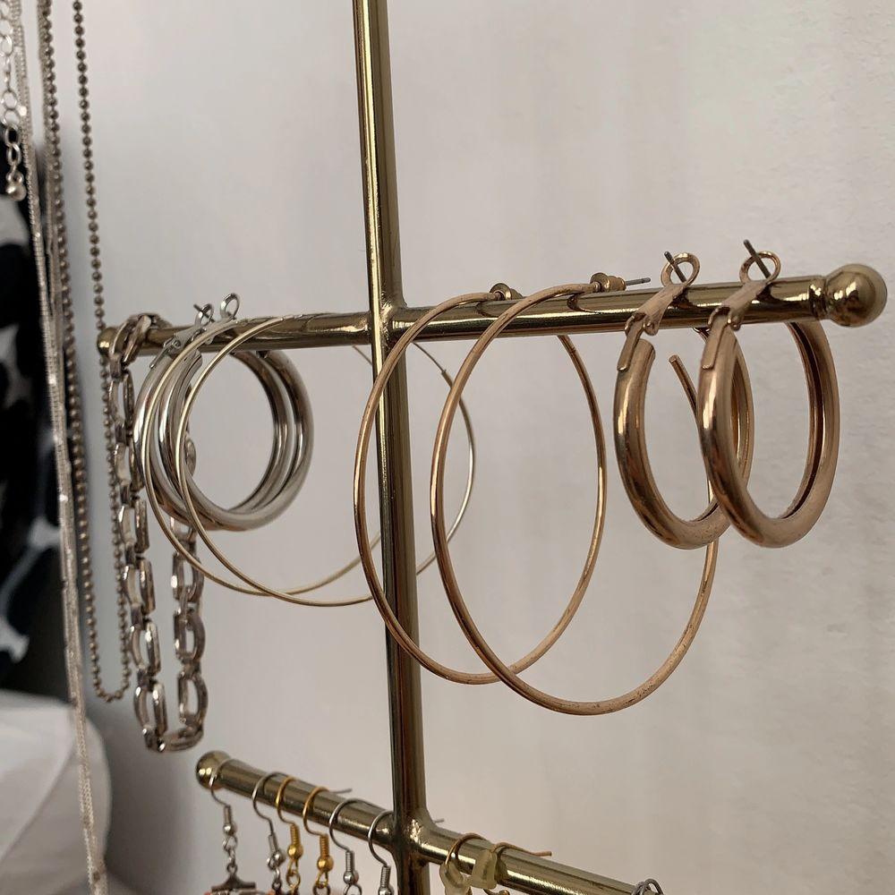 Säljer alla dessa smycken! Både örhängen, armband och halsband! De flesta är köpta men några har jag även gjort själv. Skriv om du vill ha en tydligare bild av något smycke! Du kan köpa allt tillsammans för 150kr. Om du bara vill köpa ett smycke, skriv till mig privat då så kommer vi överens om ett pris😊. Accessoarer.