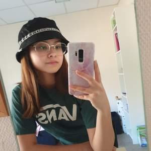 Säljer en svart bucket hat i märket Vans eftersom den inte kommer till användning. Supersnygg men tycker tyvär inte den passar mig. Skriv i DM vid frågor eller intresse!