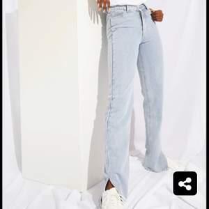 Snyggaste ljusa jeansen från prettylittlething, stolek 34. Aldrig använda, prislapp på. Säljer då jag råkade beställa dubbla. Köparen står för frakten.  ( skriv ett meddelande för fler bilder) :)