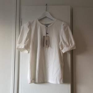 Oanvänd vit topp med puffärm från Vero Moda 🌱 frakt tillkommer!