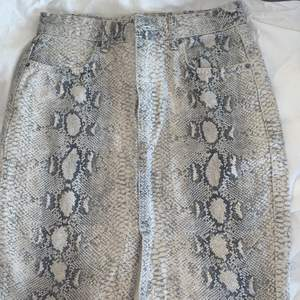Ormprints kjol med slits från Gina Tricot, köpt för länge sedan. Storlek 38 vilket motsvarar M, men passar även S. Aldrig använd därmed inga defekter. Ny skick! Nypris: 400